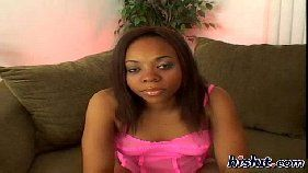 Negra sorridente fazendo vídeo de sexo oral grátis