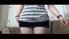 Novinha na frente da webcam coçando a buceta