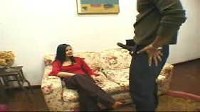 Policial investigando o cacete do meliante