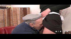 Empregada fodendo com velhote tarado
