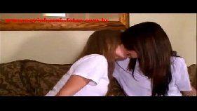 Duas novinhas se beijando gostoso
