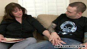 Comendo a sogra no sofá da sala, ninfeta boqueteira