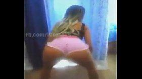Garota mineira dançando de shortinho