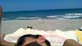 Cachorrona pagando um boquete na praia