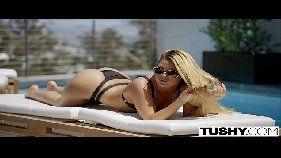 Xxvideo porno com uma loirinha linda toda arreganhada para seu macho em cima da cama para ele chupar sua pepeca todinha