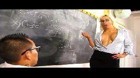 Professora loira recompensando o aluno pelas boas notas