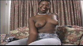 Negra safada fazendo vídeo de sexo solo grátis
