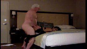 Velho fodendo ninfeta de luxo no motel