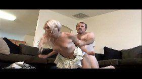 Xvidos porno com uma loirinha bem novinha de dezoito aninhos transando bem gostoso com seu padrasto