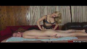 Loirinha fazendo massagem e boquete