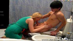 Comendo a loira no banheiro