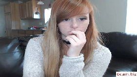 Ruivinha perfeita pagando de gatinha na webcam