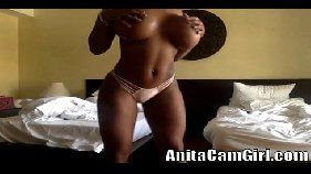 Xvideso com uma mulata bem gostosa e peitudo mesmo se exibindo toda peladinha na frente de sua webcam