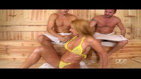 Suruba na sauna com a loira liberal