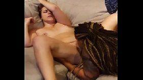 Lésbica negra faz branquinha gemer e gozar em porno caseiro