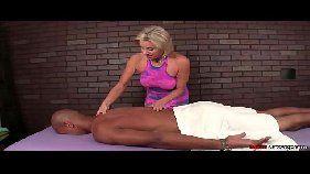 Fazendo massagem e pagando boquete