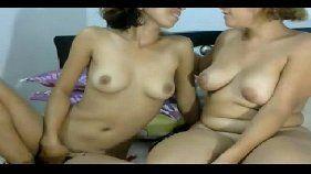 Mãe e filhas safadas fazendo vídeo de sexo lésbico grátis