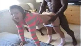 Negão arregaçando com a filha da vizinha no porno amador