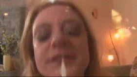 Loirinha gosta de leitinho na cara