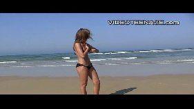 Chupando o pau do homem magrinho no meio de uma praia