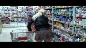 Loira safada mamando a piroca do marido no super mercado