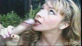Casada dando pro marido no jardim