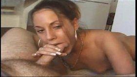 Morena casada pagando boquete
