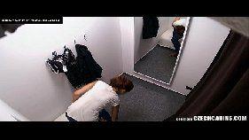 Câmera escondida filmando amadora durante a troca de roupa