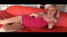 Garota amadora com piercing pagando oral para o namorado