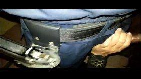 Bandida chupando o policial para não ser presa