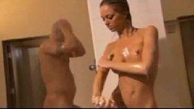 Traçando a vadia quente no banheiro