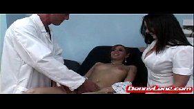 Engolindo a piroca do médico safadão xxxvideo