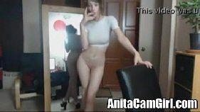 Porno amador com uma linda novinha que adora ficar exibindo esse lindo corpinho todo branquinho na frente da webcam