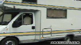 Morena safada pagando um boquete dentro do ônibus