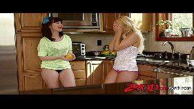 Sexo anal transa gostosa entre duas lésbicas cheias de tesão para fazer sexo intenso com a vadia loira cheia de tesão
