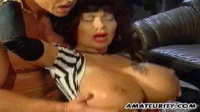 Video porno dois negões dotados comendo uma novinha bem safadinha cheia de tesão