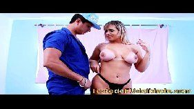 X vídeo porno com uma loira safada metendo bem forte com um mecânico