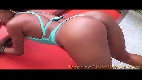 Brasileira safada mostrando o rabo e mamando piroca