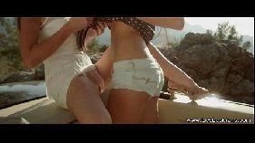 Safadas lesbicas se amando bem gostoso dentro de um carro depois que ficaram perdidas durante uma viagem