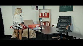 Estudantes faltam a aula e professora se masturba na sala