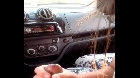 Morena safada boquetando no carro