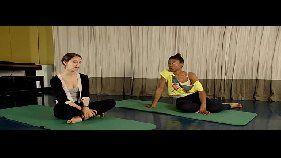 Bela gata sensual praticando yoga peladinha