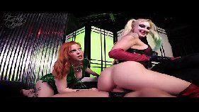 Videos porno com uma loirinha e uma ruivinha fantasiadas fodendo bem gostoso com um sortudo