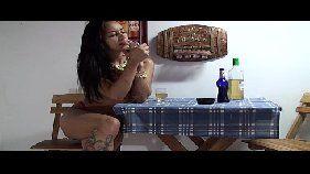 Video porno brasileiro com morena gostosa pra caralho tocando uma siririca dentro de um bar que rola altas putarias
