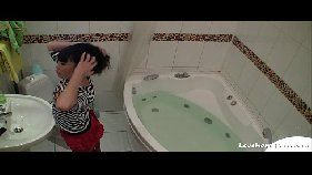 Japinha masturbando na banheira sozinha