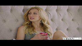 X video porno online com duas lindas loirinhas da xoxota rosadinha dando para um ator porno bem dotado muito sortudo