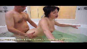 Mãe de família trai marido na banheira e transmite a foda na webcam