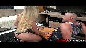 Video porno brasileiro com a loirinha gostosa e safadinha abaixando a calça do malandro para poder devorar sua rola