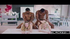 Novinhas transando em uma cena de sexo selvagem e inter-racial com dois negros bem dotados que cavacam as sua xotas