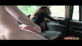Sexo no táxi coroa peituda chupando e cavalgando